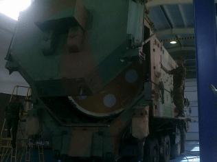 Chargement du module supérieur de la fusée Dnepr. Crédits : APAVE/D. Dufau.