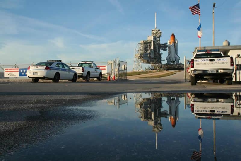 La navette Atlantis sur son pas de tir en Floride le 6 décembre dernier quelques heures avant le premier report de lancement de la mission STS-122. Crédits : Pierre-François Mouriaux
