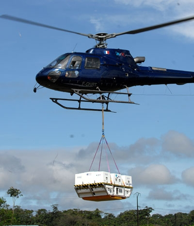 The PSMA unit is airlifted in by helicopter. Credits: Activité Optique Vidéo du CNES/CSG.