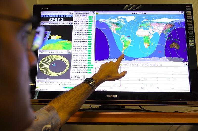 Il y a tout juste un an, les équipes du CNES désorbitaient le satellite Spot-2 conformément à la règle des 25 ans. Crédits : E. Grimault.