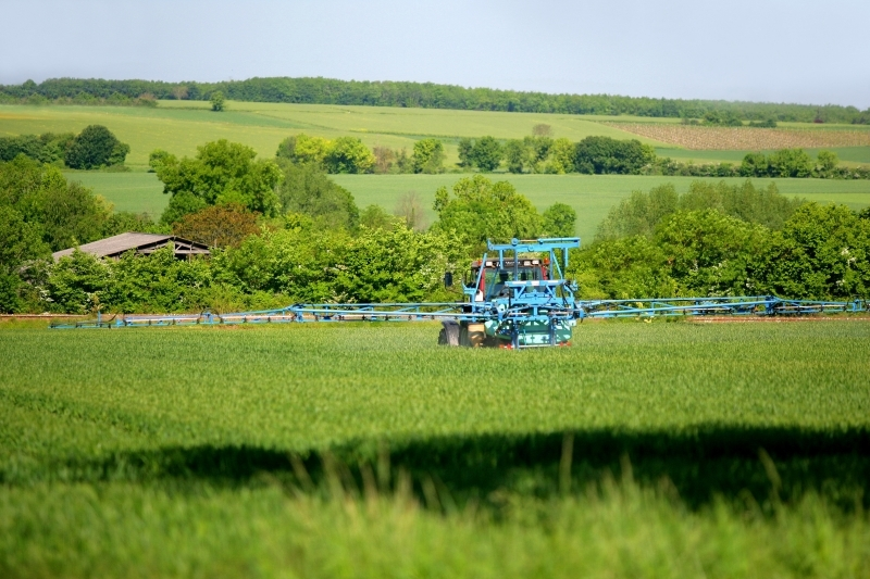 Epandage dans un champ au moyen d'un tracteur. Crédits : Phovoir/, 2010.